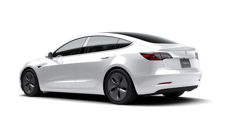 Autoleasing-valikoiman valkoinen sähköauto Tesla Model 3 Long-Range Dual Motor AWD -malli takaviistosta.