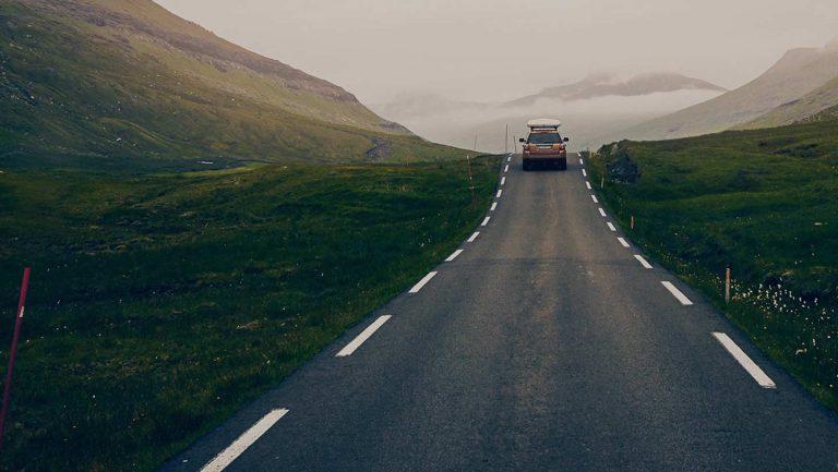 Autotie vuoristomaisemassa