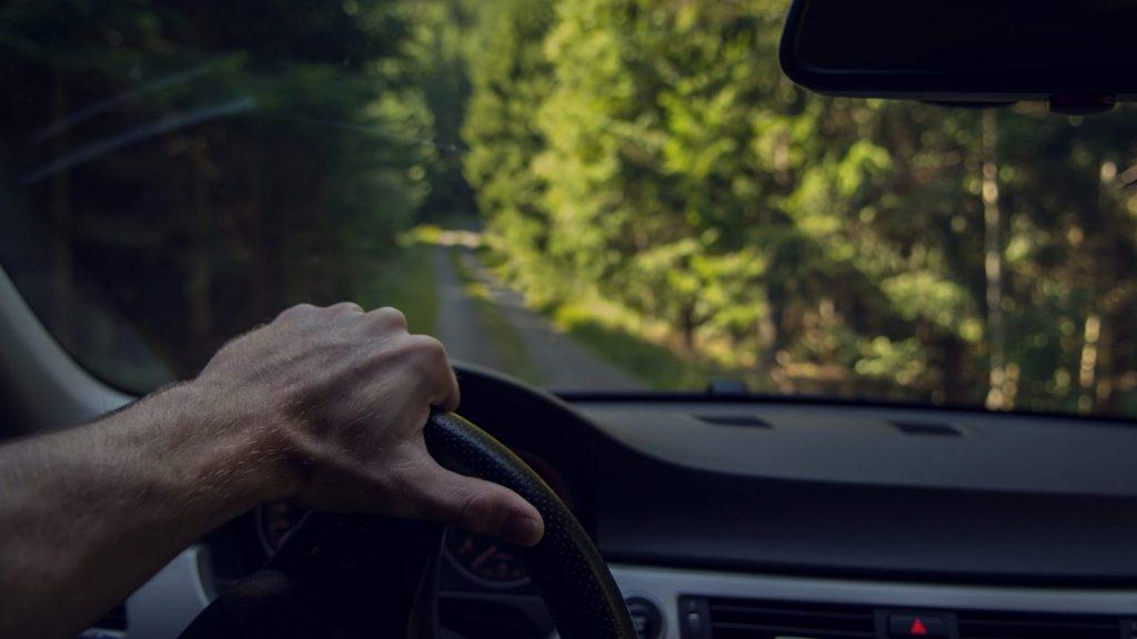 Sähkö- ja hybridiautot ovat hyviä vaihtoehtoja ympäristöystävällisyyttä arvostavalle autoilijalle.